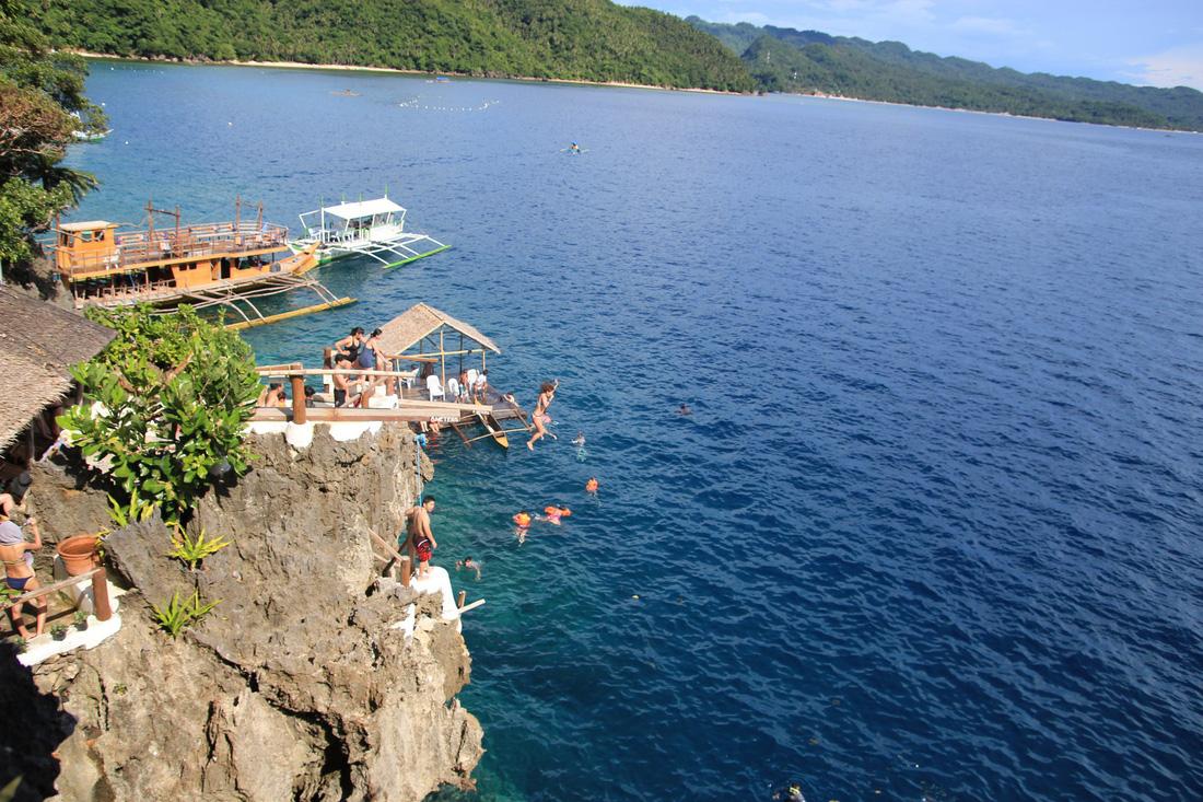 Nhảy xuống biển từ vách đá tại đảo thiên đường Philippines - Ảnh 1.