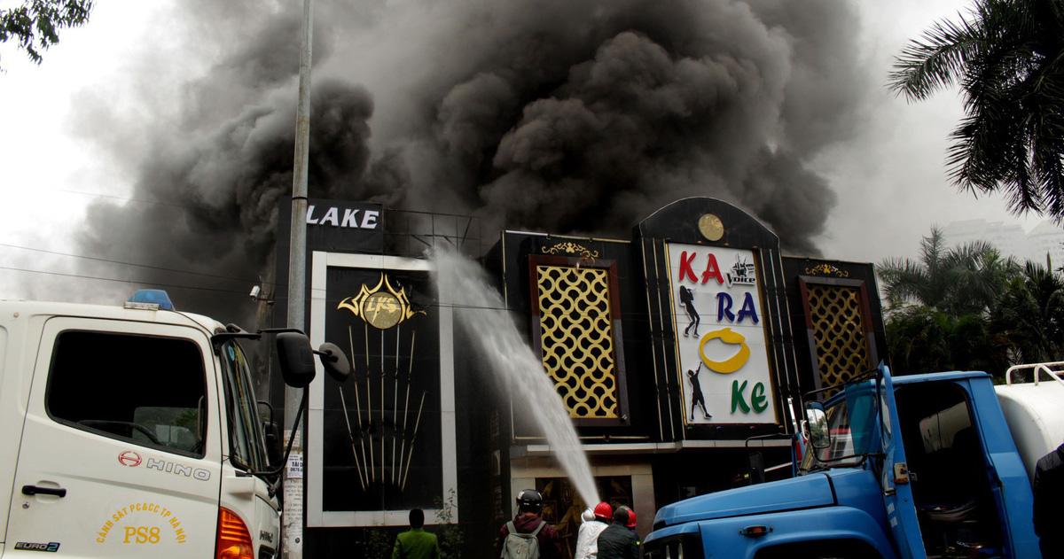 Cháy lớn tại quán karaoke ở khu Linh Đàm, Hà Nội