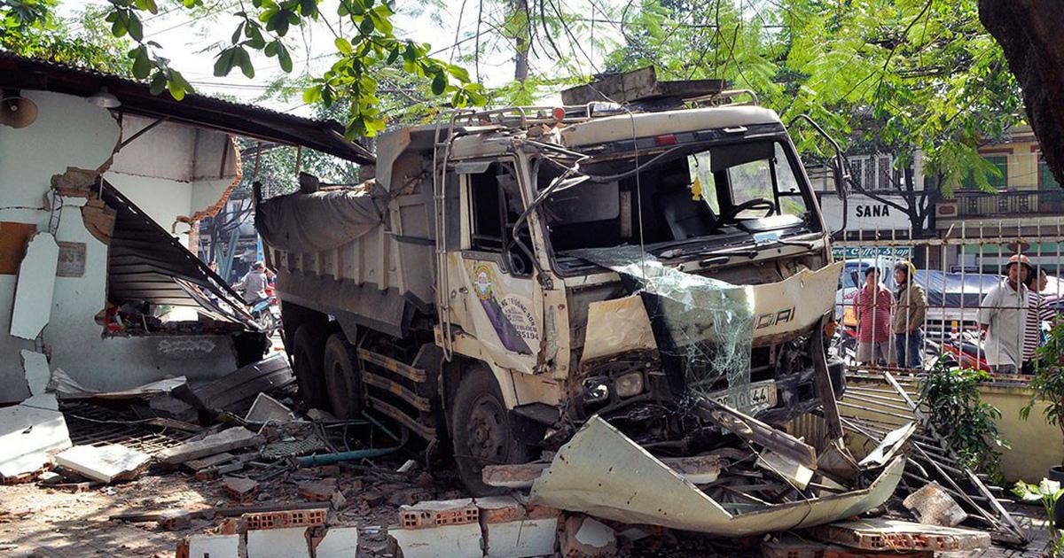 Xe tải ben mất lái tông sập tường trường học
