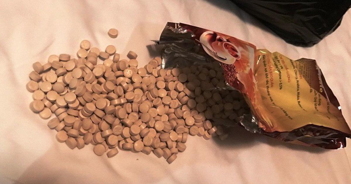 Quà biếu kẹo, cà phê từ Mỹ gửi về có ma túy lẫn cần sa