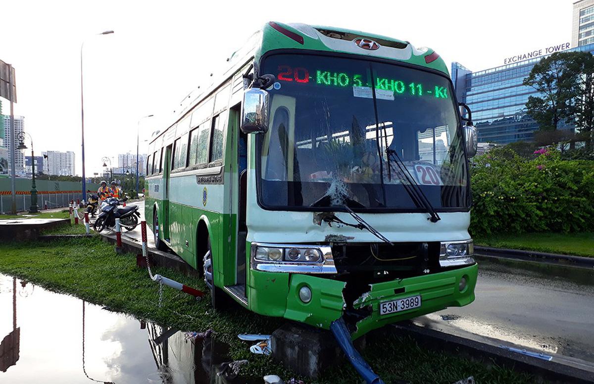 Xe buýt kéo lê xe máy trên đường Võ Văn Kiệt