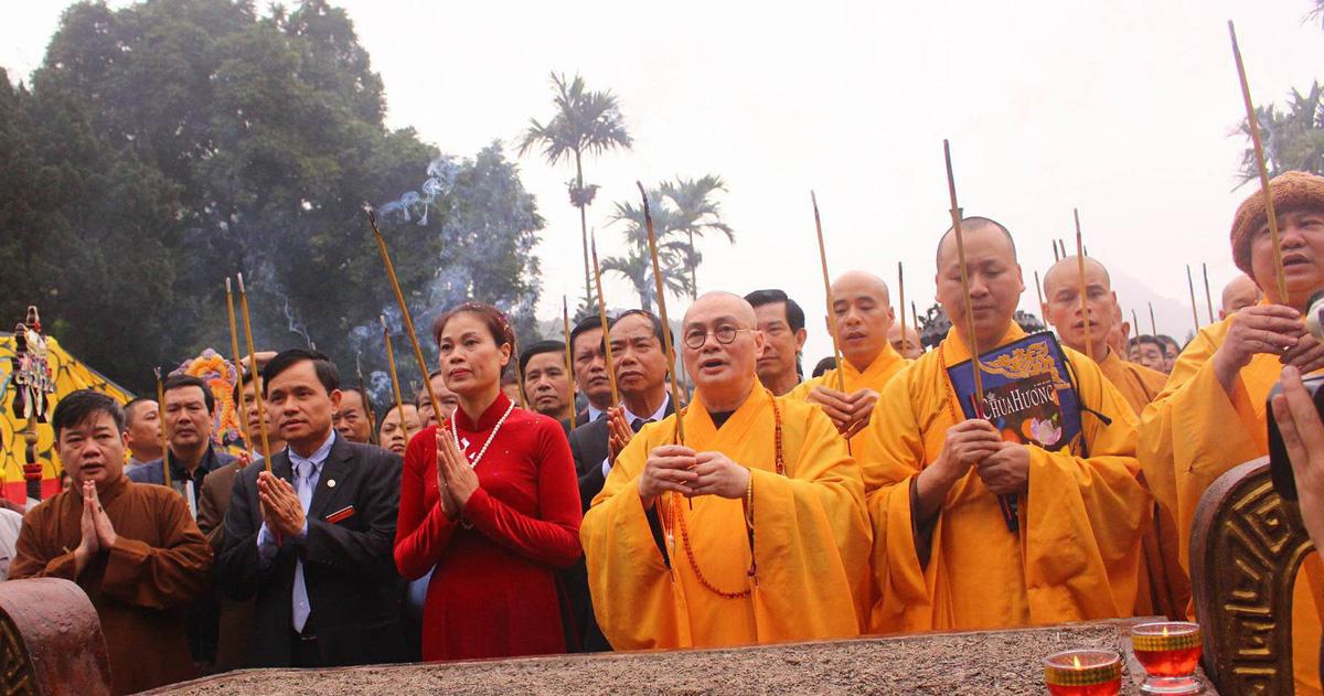 Trời đổ cơn mưa lớn, khai hội chùa Hương vẫn đông vui