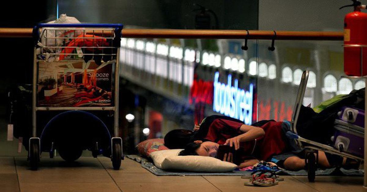 Khánh kiệt, vào nhà ga sân bay ăn nhờ ở đậu