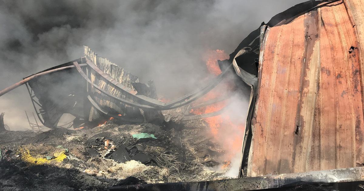 Cháy kho phế liệu trong khu dân cư tại Bình Dương