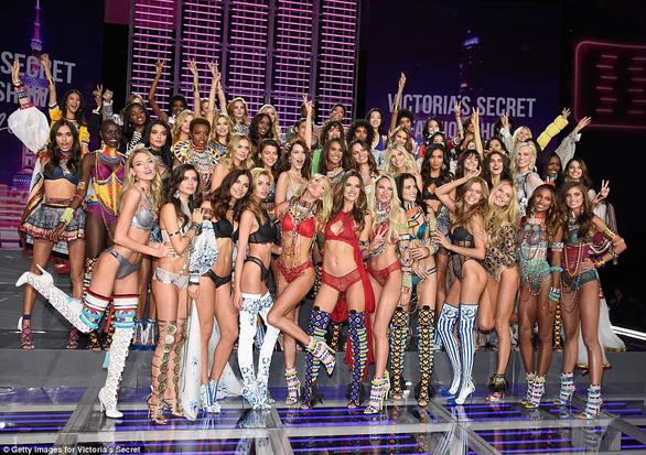 Hình ảnh ấn tượng tại Victoria's Secret Fashion Show 2017 - Ảnh 1.
