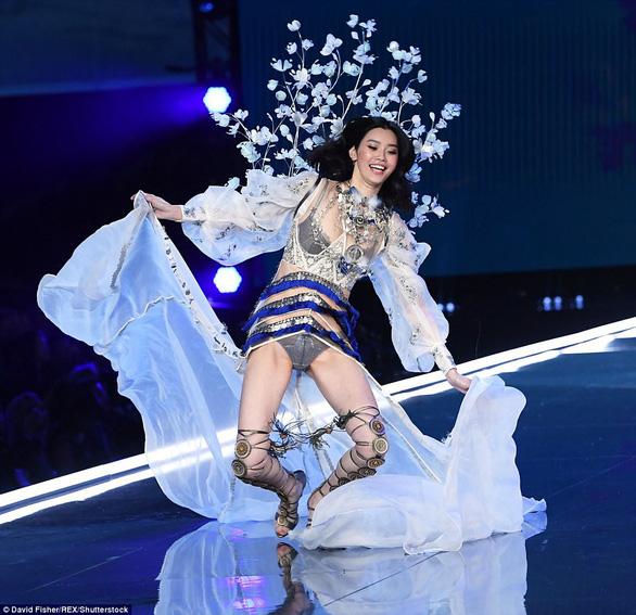 Hình ảnh ấn tượng tại Victoria's Secret Fashion Show 2017 - Ảnh 2.