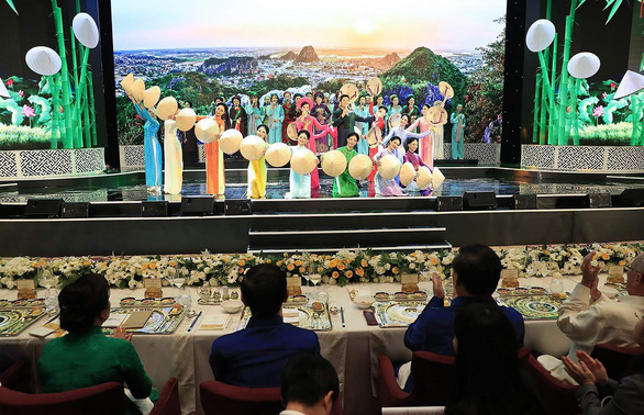 Chiêm ngưỡng bộ bàn ăn dát vàng ở tiệc chiêu đãi APEC - Ảnh 3.
