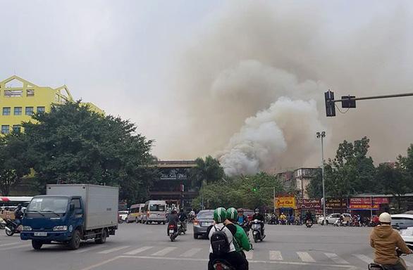 Bộ đội cùng cứu hỏa dập đám cháy quán cà phê ở Hà Nội - Ảnh 2.
