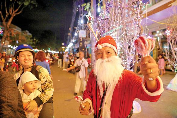 Xóm đạo Sài Gòn lung linh đón Giáng sinh - Ảnh 1.