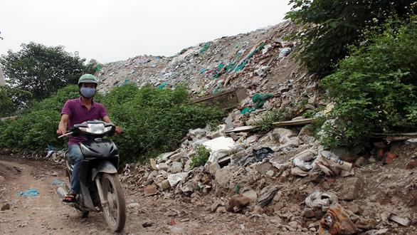 Hà Nội nhiều nơi rác thải tràn lan chất thành núi - Ảnh 10.