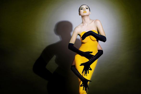 Người mẫu ảnh khỏa thân và thù lao qua tấm lưng trần - Ảnh 1.