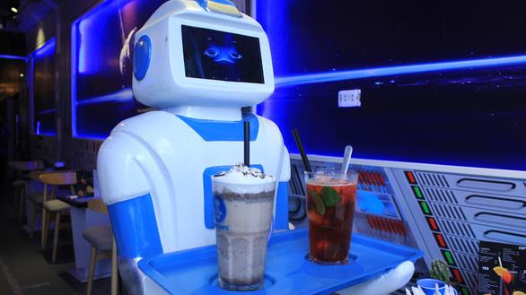 Nàng robot Made in Vietnam phục vụ trong quán cà phê - Ảnh 2.