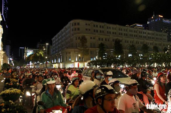 Phố đi bộ Nguyễn Huệ ngập rác đêm Noel - Ảnh 1.