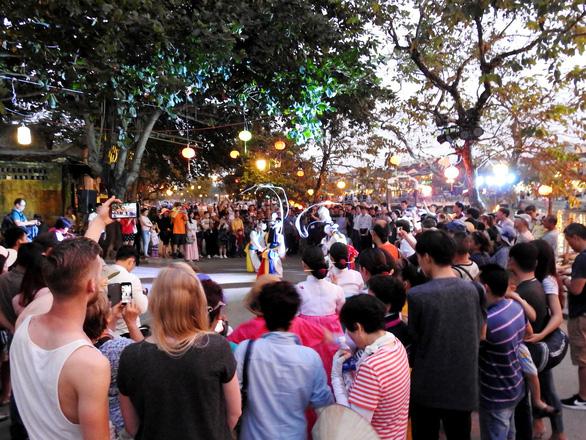 Múa cổ truyền Hàn Quốc trên đường phố Hội An - Ảnh 1.