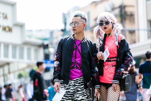 Thời trang đường phố độc lạ tại Vietnam International Fashion Week - Ảnh 2.
