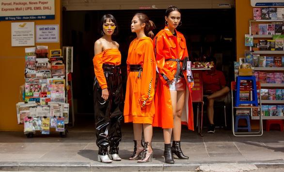 Thời trang đường phố độc lạ tại Vietnam International Fashion Week - Ảnh 3.