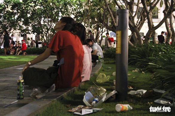 Phố đi bộ Nguyễn Huệ ngập rác đêm Noel - Ảnh 12.