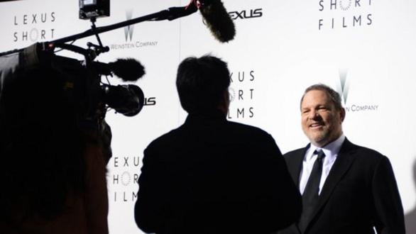 BBC làm phim tài liệu về bê bối tình dục của Harvey Weinstein - Ảnh 1.