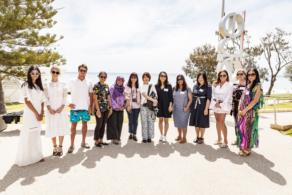 Chiêm ngưỡng những mẫu áo đi biển hot nhất mùa hè này ở Úc - Ảnh 2.