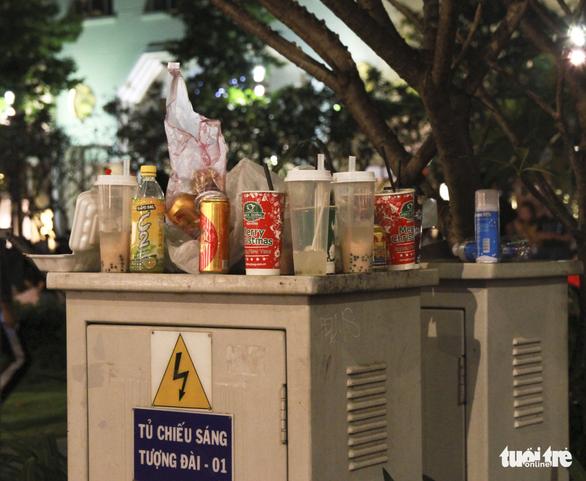 Phố đi bộ Nguyễn Huệ ngập rác đêm Noel - Ảnh 15.