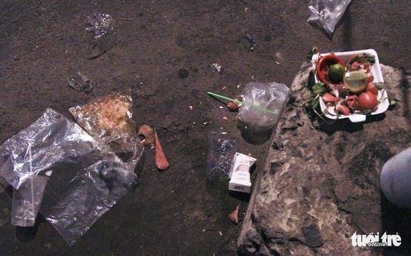 Phố đi bộ Nguyễn Huệ ngập rác đêm Noel - Ảnh 16.