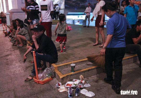Phố đi bộ Nguyễn Huệ ngập rác đêm Noel - Ảnh 17.