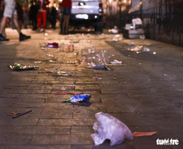 Phố đi bộ Nguyễn Huệ ngập rác đêm Noel - Ảnh 18.