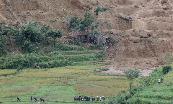 Cận cảnh hiện trường lở đất ở Hòa Bình, 18 người bị vùi lấp - Ảnh 4.