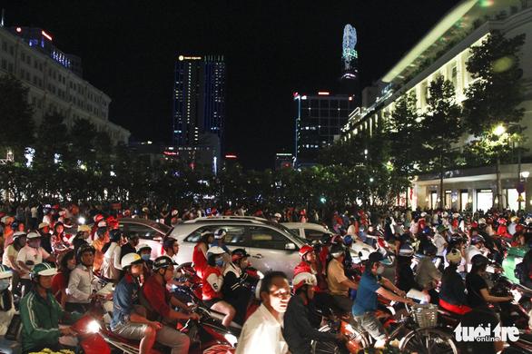 Phố đi bộ Nguyễn Huệ ngập rác đêm Noel - Ảnh 2.