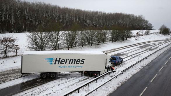Du khách khổ sở vì bão tuyết ở Anh, Mỹ - Ảnh 2.