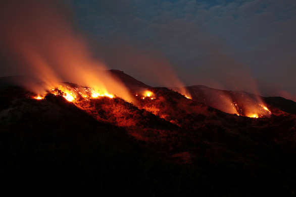 4 ngày chìm trong biển lửa của California - Ảnh 1.
