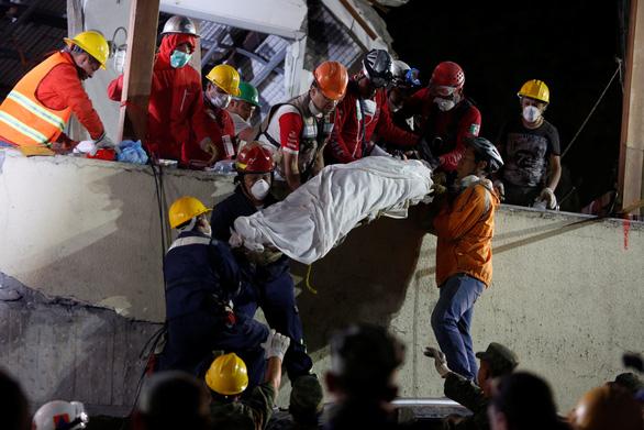 Trắng đêm tìm kiếm nạn nhân động đất ở Mexico - Ảnh 3.