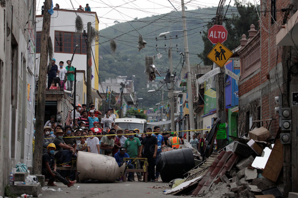 Trắng đêm tìm kiếm nạn nhân động đất ở Mexico - Ảnh 2.