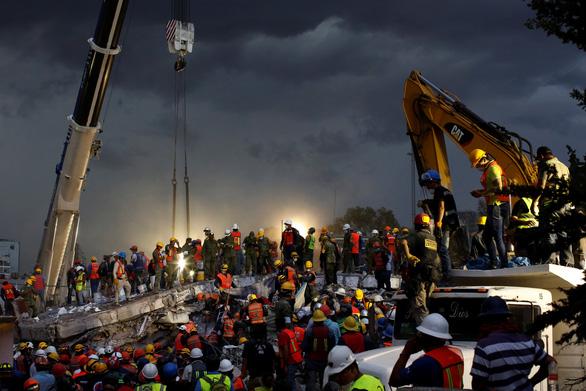 Trắng đêm tìm kiếm nạn nhân động đất ở Mexico - Ảnh 5.