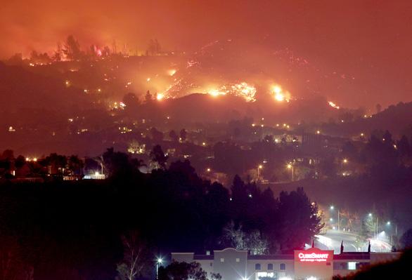 4 ngày chìm trong biển lửa của California - Ảnh 2.