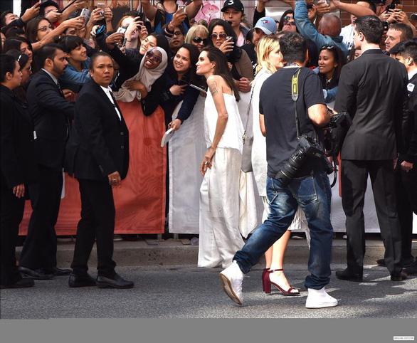 Bộ ảnh Angelina Jolie với thân hình cũng siêu ốm ở Toronto - Ảnh 5.
