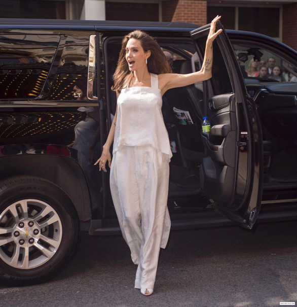 Bộ ảnh Angelina Jolie với thân hình cũng siêu ốm ở Toronto - Ảnh 1.