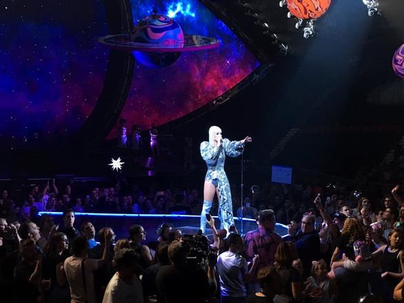 Katy Perry diện ba thiết kế của Công Trí trong tour diễn - Ảnh 6.