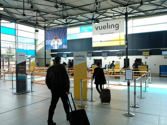 Overbook, hàng không nước ngoài đối xử thế nào với khách Việt? - Ảnh 6.