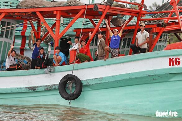 Ngư dân Cà Mau hối hả vào bờ trú bão - Ảnh 5.
