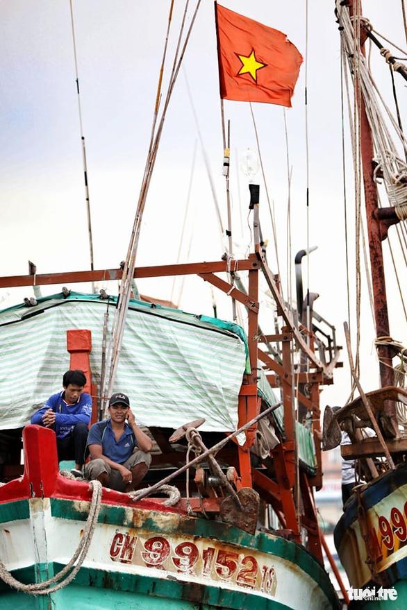 Ngư dân Cà Mau hối hả vào bờ trú bão - Ảnh 6.