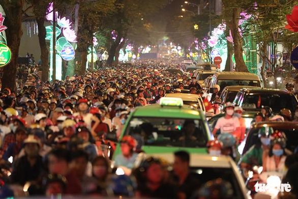 Dòng người đổ về trung tâm Sài Gòn đón năm mới 2018 - Ảnh 1.