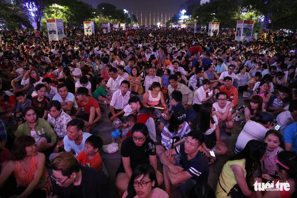 Dòng người đổ về trung tâm Sài Gòn đón năm mới 2018 - Ảnh 3.