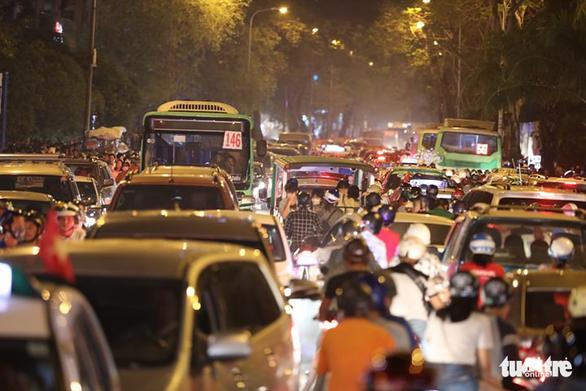 Dòng người đổ về trung tâm Sài Gòn đón năm mới 2018 - Ảnh 12.