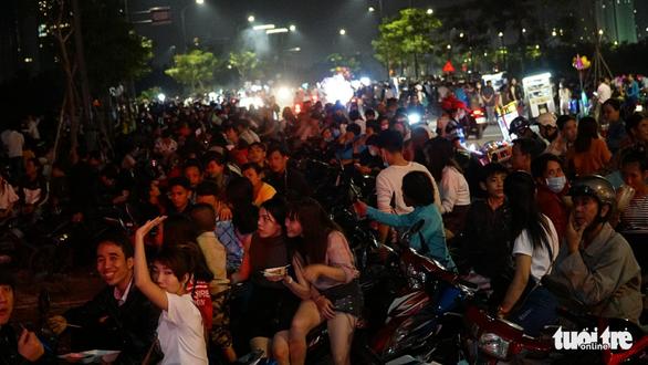 Dòng người đổ về trung tâm Sài Gòn đón năm mới 2018 - Ảnh 14.