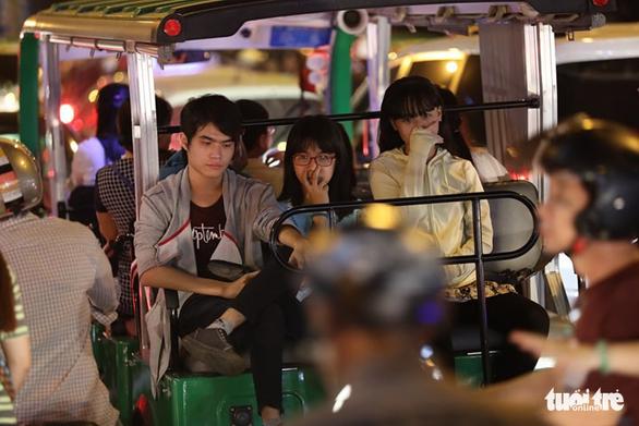 Dòng người đổ về trung tâm Sài Gòn đón năm mới 2018 - Ảnh 13.