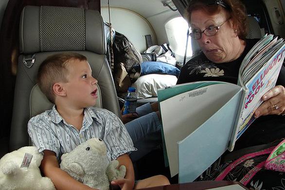 7 cách để giữ em bé ngoan ngoãn trên máy bay - Ảnh 5.