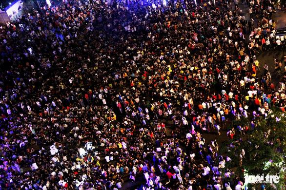 Dòng người đổ về trung tâm Sài Gòn đón năm mới 2018 - Ảnh 2.