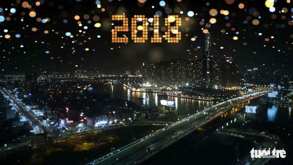 Dòng người đổ về trung tâm Sài Gòn đón năm mới 2018 - Ảnh 16.