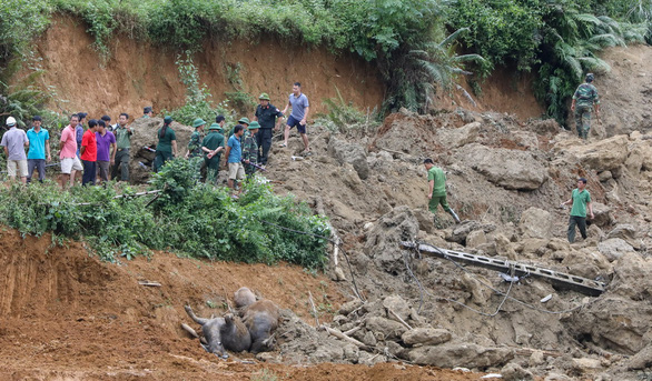 Cận cảnh hiện trường lở đất ở Hòa Bình, 18 người bị vùi lấp - Ảnh 5.